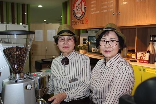 노노카페에서 근무 중인 바리스타 김기자(72, 왼쪽), 문채순(66, 오른쪽).jpg